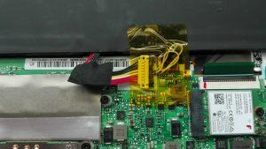 (2) Uszkodzone gniazdo baterii
